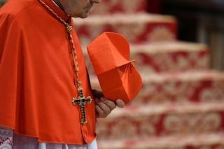 Padova, prete invia foto hard in una chat di cresimandi: scandalo nella curia