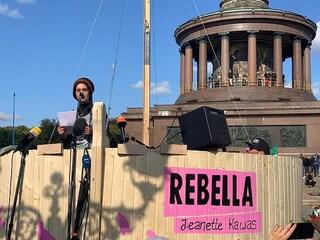 """Clima: la capitana Carola Rackete con Rebellion """"assedia"""" la Cancelleria a Berlino"""