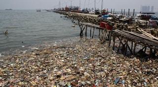 Come risolve il problema rifiuti la Cina? In mare 200 milioni di metri cubi in un anno