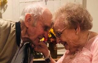 La demenza li priva dei ricordi ma dopo 72 anni il loro amore illumina ancora i loro occhi