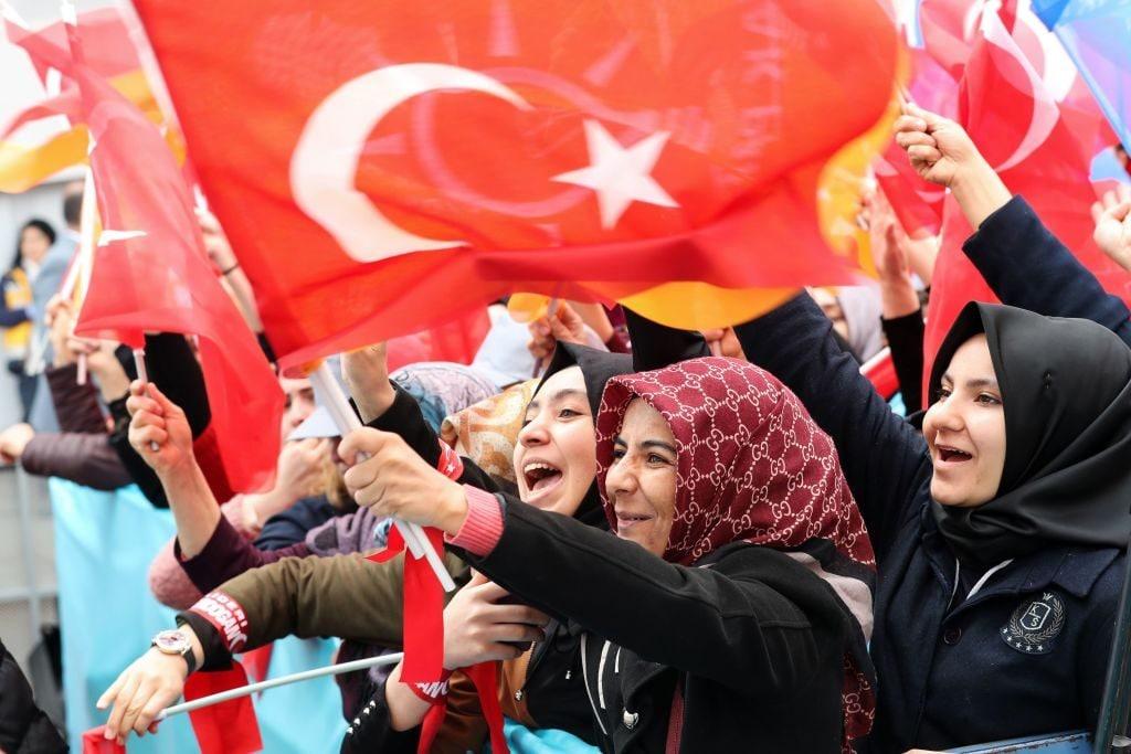 Un gruppo di sostenitrici di Erdogan durante un meeting del presidente turco ad Ankara in occasione delle elezioni a marzo 2019 (Gettyimages)