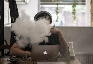 """L'Istituto superiore sanità avverte contro le sigarette elettroniche: """"Rischi di lesioni polmonari"""""""
