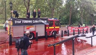 """Londra, ambientalisti spruzzano """"sangue"""" contro Ministero del Tesoro. Protesta finisce male"""