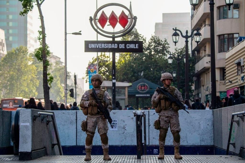 I militari presidiano la fermata del metro dell'università di Santiago (Gettyimages)