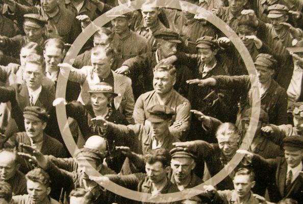 Nella foto, August Landmesser è l'unico che non fa il saluto nazista. Lo scatto risale al 13 giugno 1936.