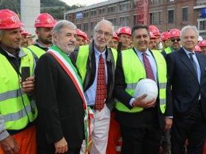 Marco Bucci, Renzo Piano e Giovanni Toti al varo del nuovo ponte di Genova (LaPresse).
