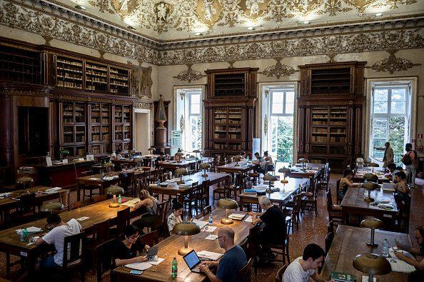 Una delle sale della Biblioteca Nazionale di Napoli.