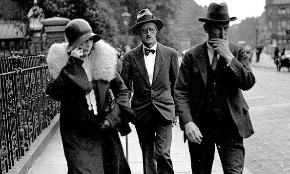 Lo scrittore James Joyce insieme alla moglie Nora Barnacle in una foto del 1931.