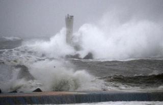 Il Tifone Hagibis affonda nave cargo nella Baia di Tokyo: 7 marinai morti, 4 salvati