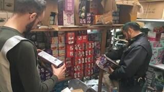 """Pisa, sequestrati 10mila giocattoli pericolosi in un negozio """"occulto"""""""