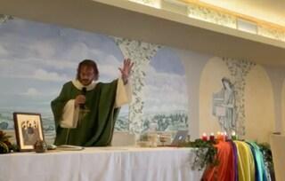 """Verona, l'ex parroco sposato con un uomo torna a dire messa: """"Mi sento ancora un prete"""""""