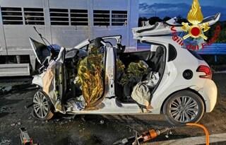 Siracusa, Peugeot si scontra contro un tir sulla strada statale: tre morti