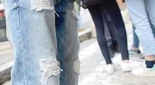 Stop ai jeans strappati in classe, studenti fermati ai cancelli della scuola a Udine