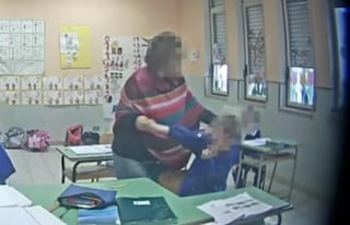 """Reggio Calabria, maestra delle elementari minaccia e picchia gli alunni: """"Siete stupidi maiali"""""""