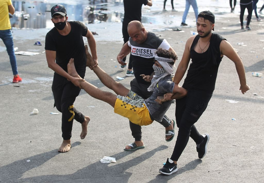 Un manifestante ferito durante gli scontri a Baghdad (Gettyimages)
