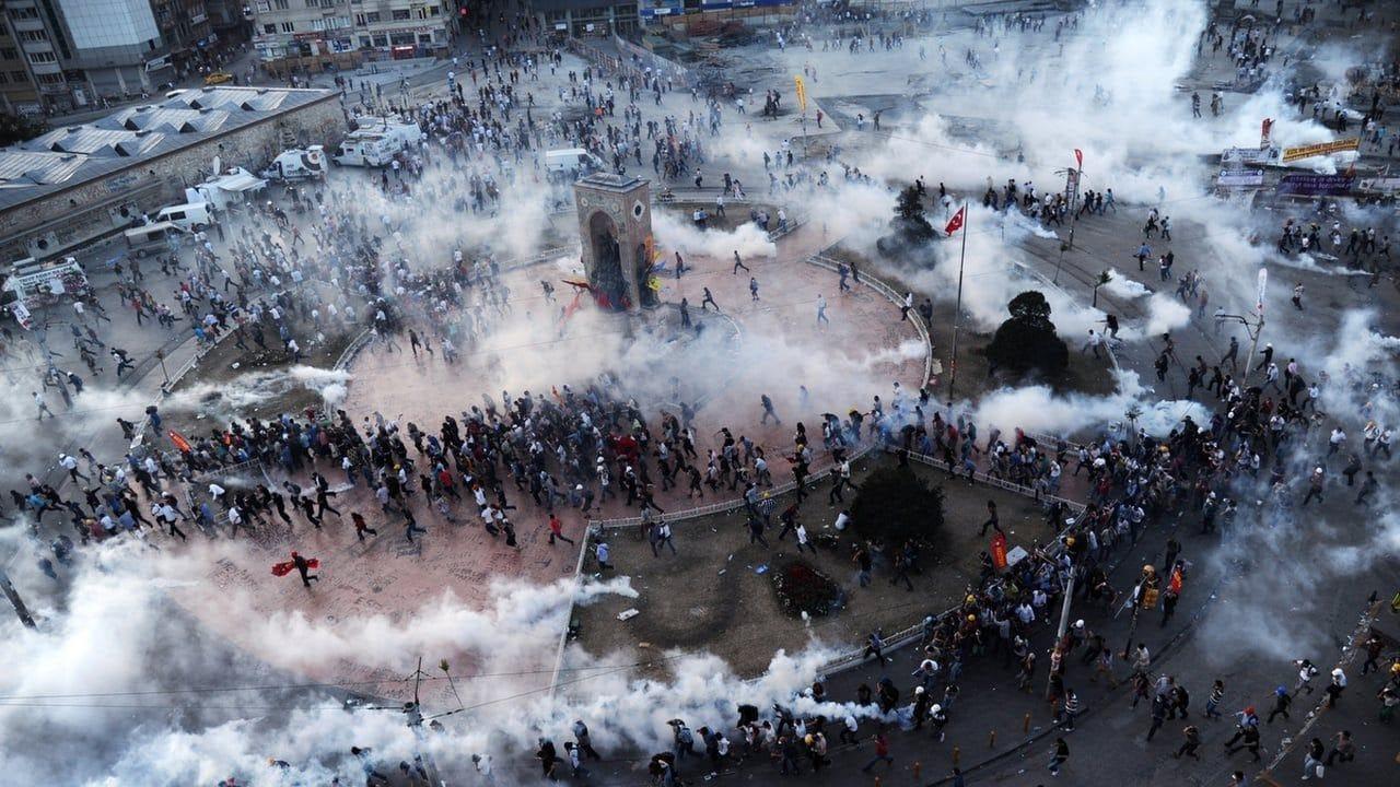 La polizia spara gas lacrimogeni ai manifestanti radunati in piazza Taksim di Istanbul nel 2013