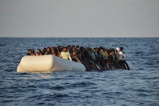"""Migranti, barcone con 100 persone rischia naufragio: """"Non lasciateli annegare"""""""