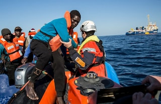 Lampedusa, non si fermano gli sbarchi: 13 migranti giungono nel porto dell'isola