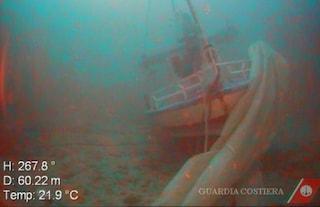 Lampedusa, tra i cadaveri nel relitto c'è anche una ragazzina con il viso sepolto dalla sabbia