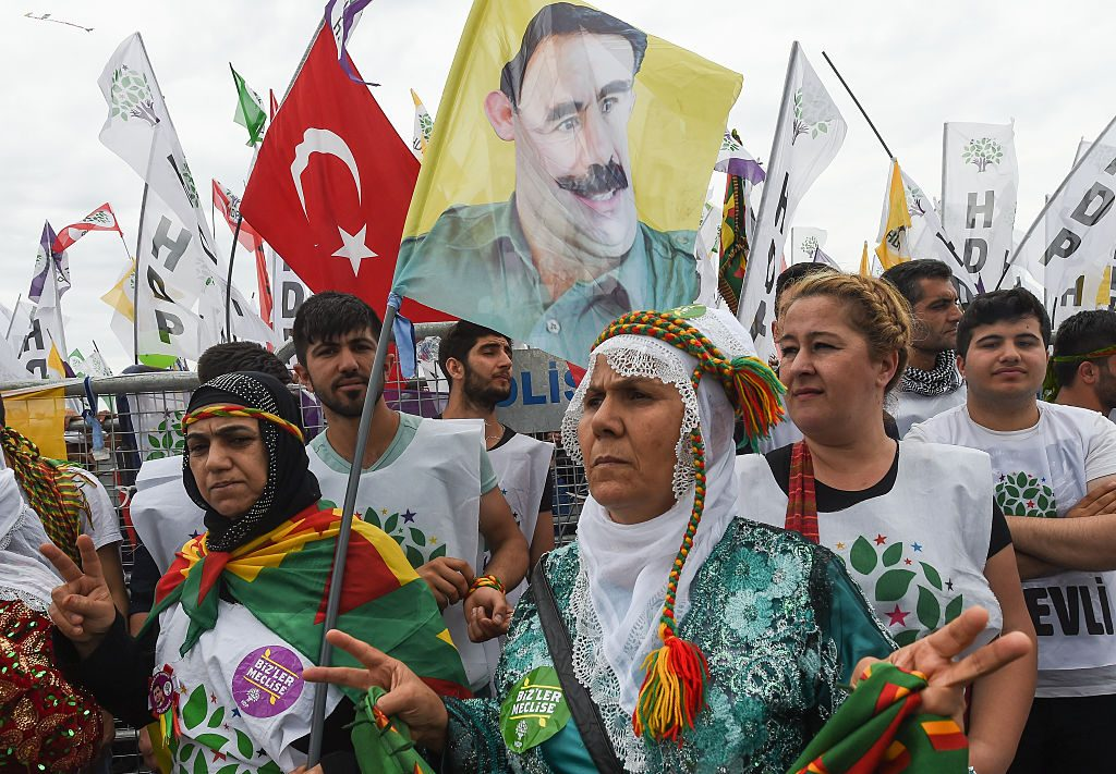 Sostenitori del partito Democratico dei Popoli (formazione filo–curda e di sinistra) con il ritratto del leader del Pkk, Abdullah Öcalan (Gettyimages)