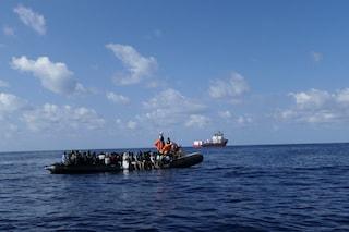 Ocean Viking, la situazione a bordo deteriora: due migranti si gettano in acqua