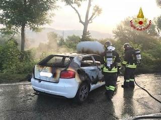 Dramma a Bologna, donna di 35 anni accosta in strada e si suicida dandosi fuoco in auto
