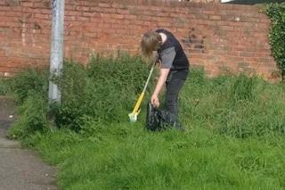Il figlio getta cartacce a terra, foto finisce su Facebook: mamma lo punisce in modo esemplare
