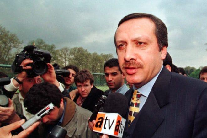 Erdogan all'uscita dal processo che lo condanna a 10 mesi di carcere per incitamento all'odio religioso (Reuters)