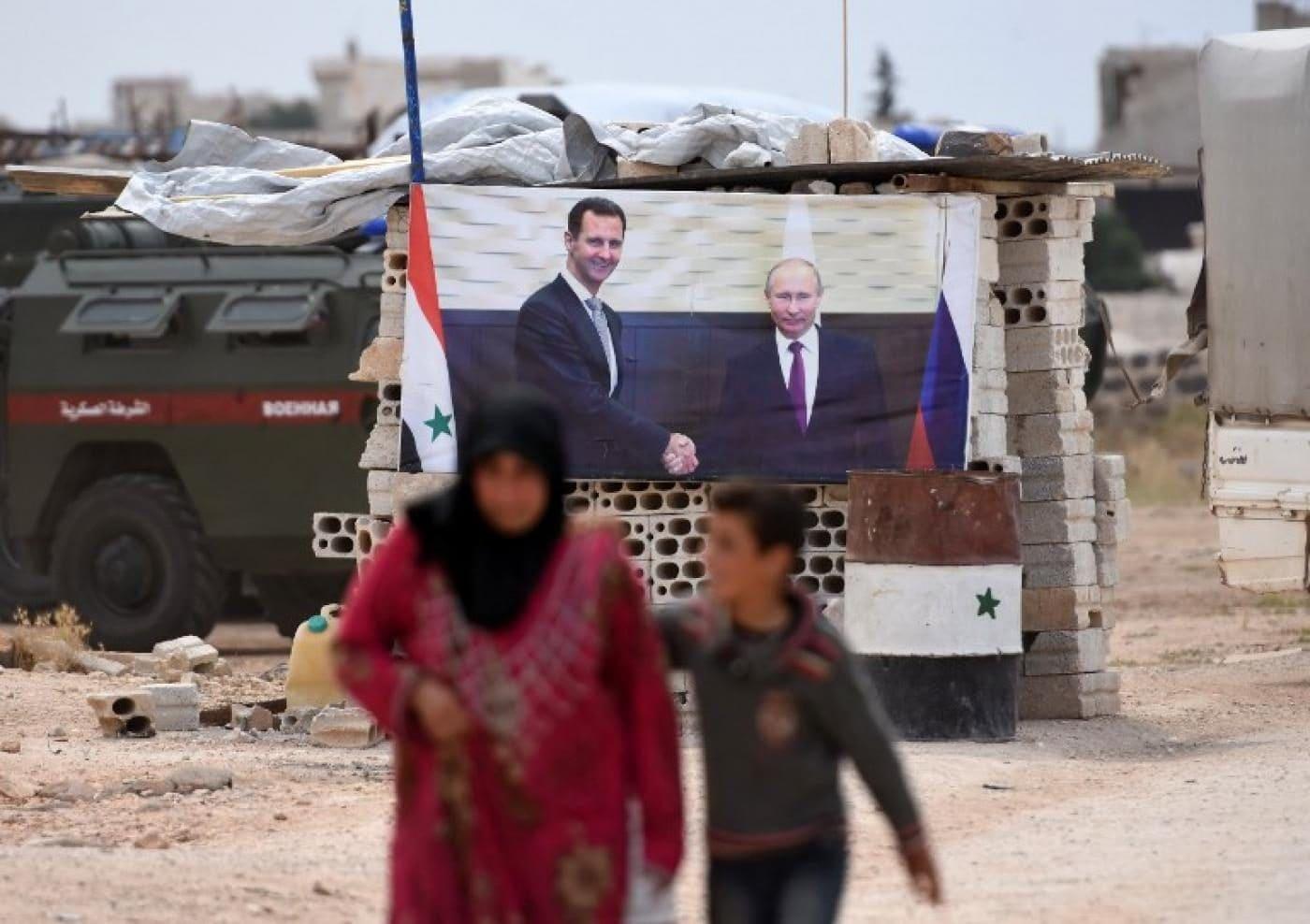 Poster del presidente Bashar al Assad e Putin in una città siriana della provincia di Idlib (Gettyimages)