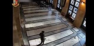 Sparatoria di Trieste, il video del killer che spara ai poliziotti e tenta la fuga