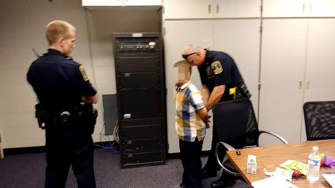 Devin è stato arrestato nel 2017 per aver litigato con un compagno e colpito l'insegnante. Il bimbo di 9 anni soffre di autismo (Inside Edition)