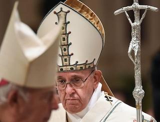 """Il documento di protesta dei 100 studiosi contro Papa Francesco: """"Da lui atti sacrileghi"""""""