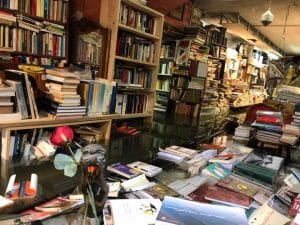 Una delle sale della libreria Acqua Alta di Venezia, all'indomani dell'inondazione che ha colpito la città.