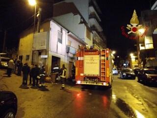Esplosione in una macelleria a Reggio Calabria, feriti vigili del fuoco e poliziotti