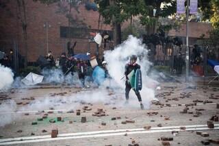 Hong Kong, polizia assalta il Politecnico occupato: esplosioni, lacrimogeni e decine di arresti