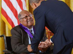 Ernest Gaines riceve la Nationa Medal of Arts dal presidente Obama