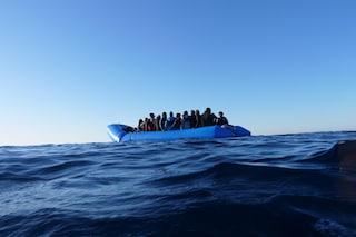 """Migranti, Alarm Phone segnala barca in pericolo con 41 a bordo: """"Non lasciateli annegare"""""""