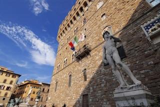 Firenze, turista beccato a fare pipì nel cortile di Palazzo Vecchio: multa da 3300 euro