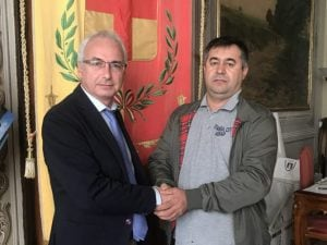 Il sindaco di Schio (a destra) stringe la mano a Salman Meral per congratularsi del suo nobile gesto