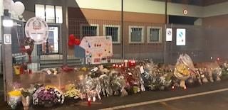 Pompieri morti ad Alessandria, fiori e messaggi per le tre vittime all'esterno della caserma