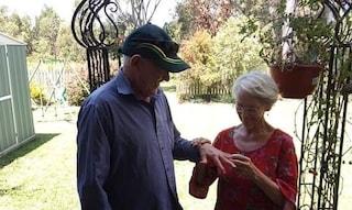 Perde la fede nuziale durante i lavori in giardino, la ritrova 40 anni dopo grazie ai figli