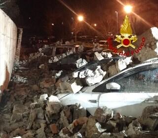 Pontassieve, nella notte crolla un muro di 40 metri: travolte otto auto parcheggiate