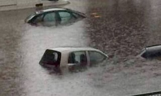 Lucca, bloccata sul tetto dell'auto trascinata dal torrente: Elena salvata dopo ore dal papà