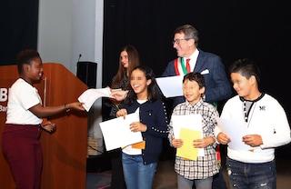 """Modena, cittadinanza onoraria a 216 bambini nati da stranieri: """"Speriamo presto siate italiani"""""""
