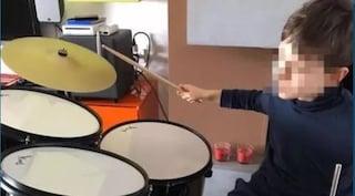 """Bari, bambino di 12 anni restituisce lo smartphone: """"E' noioso, preferisco suonare la batteria"""""""
