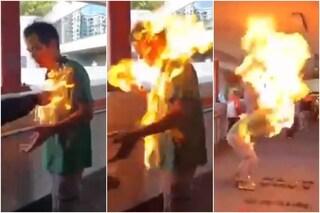"""A Hong Kong i manifestanti danno fuoco ad un uomo al culmine di una lite: """"Condizioni critiche"""""""