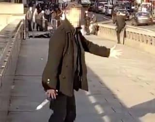 Attentato a Londra, passanti eroi disarmano l'assalitore sul London Bridge ed evitano una strage