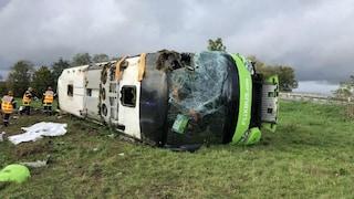 Francia, bux Flixbus si ribalta in autostrada: 33 feriti, 4 sono gravi