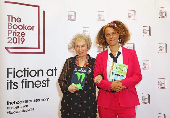 Margaret Atwood insieme a Bernardine Evaristo, vincitrici del Booker Prize 2019.