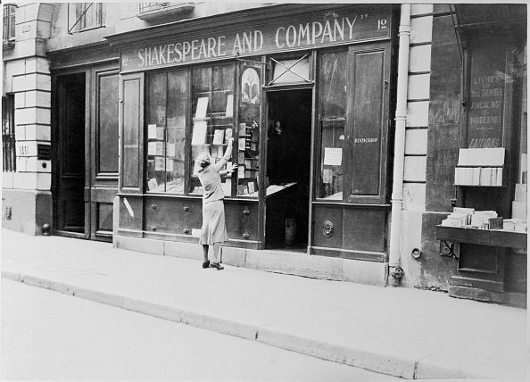 Sylvia Beach davanti alla storica sede della libreria Shakespeare and Company.